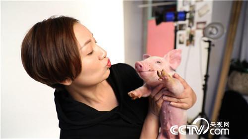 美女老师快乐<a href=https://www.zhifujing.org/special/yangzhu/ target=_blank class=infotextkey>养猪</a> 一头多卖3000多元