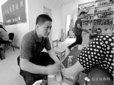 沈阳大学生<a href=https://www.zhifujing.org/gushi/ target=_blank class=infotextkey>创业</a>当&quot;擦鞋哥&quot; 月赚1.5万元