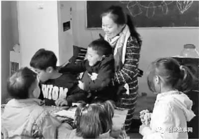 """大学毕业后<a href=https://www.zhifujing.org/gushi/ target=_blank class=infotextkey>创业</a>办慈善学校 女孩给64个孤儿当""""妈妈"""""""