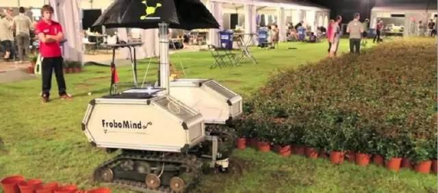 首先,由农业工人领着机器人在田间行走.