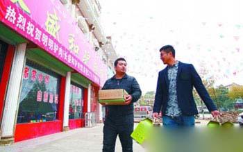 刁龙亲自给饭店送驴肉,顺便征求客户的反馈意见。