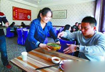 驴肉泡馍成为陕西食客的新选择。养殖场的驴肉已销售到陕西全省,还供不应求。